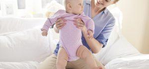 Πότε πρέπει να έχει ξεκινήσει να περπατάει ένα μωρό;